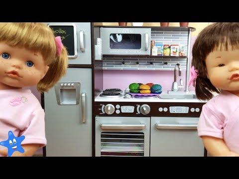 Juguetes Estreno COCINA NUEVA y preparo hamburguesas de colores para Ani y Ona NENUCO