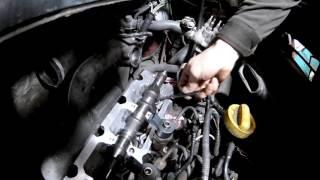 видео Renault 19 | Проверка и регулировка зазора клапанного механизма | Рено 19