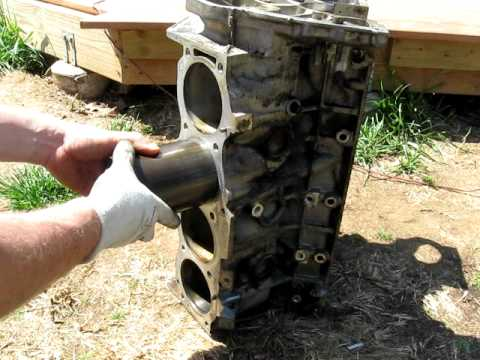 Landrover Discovery engine knocking Cause: Rover V8 Slipped Sleeve Syndrome / loose liner 1of2