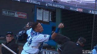 Perez makes barehanded grab on dead ball