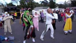Cosplayers haciendo la coreografía de Fit's :3.