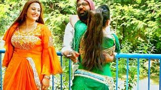 Neelam Gul & Diya Khan Gossip With Director On Set