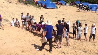 Phim | Trò chơi cột chân chạy đua trên cát | Tro choi cot chan chay dua tren cat