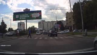 4 șoferi trec cu tupeu la culoarea roșie a semaforului