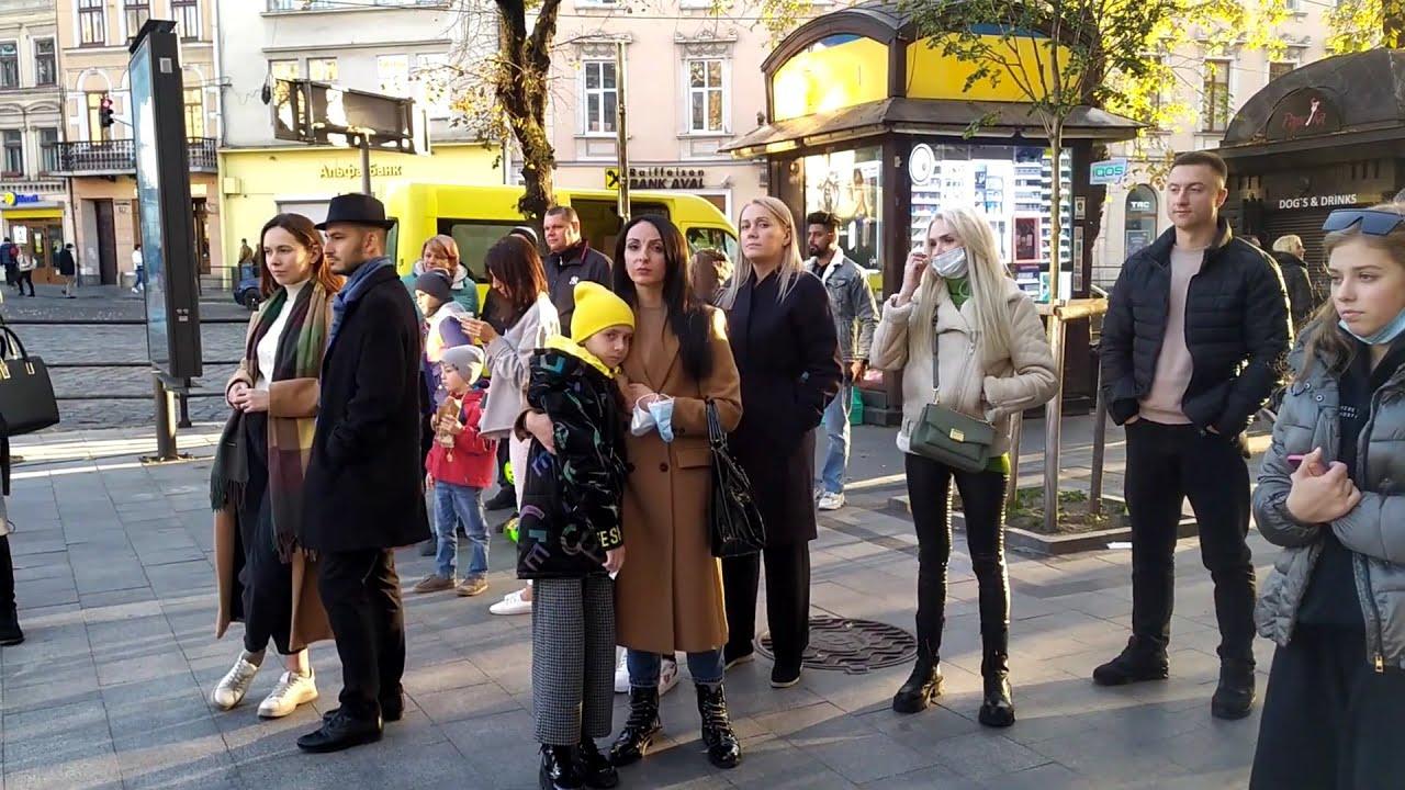 Львів 2021: вуличні музиканти біля Короля Данила, багато туристів