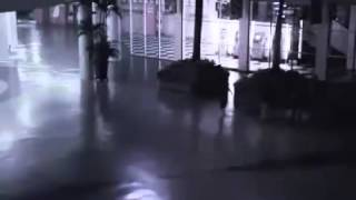 видео с камеры наблюдения ТРЦ Riviera в Одессе(Видео с камеры наблюдения в ТРЦ Riviera в Одессе ( По мнениям очевидцев ето был Ангел), 2015-11-15T13:10:14.000Z)