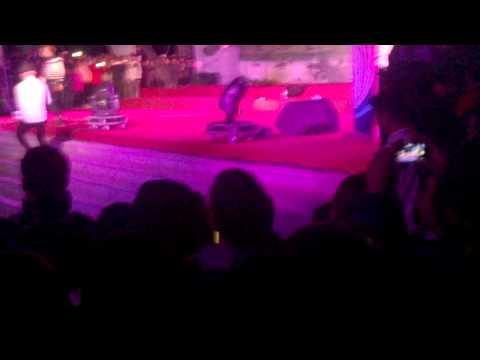 HKT bị giang hồ cướp đồ ngay trên sân khấu