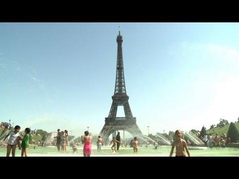 Chaleur: foule aux fontaines du Trocadéro à Paris