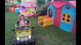 Evlerin hepsini topladık mahalle yaptık, Bahçeleri ve arabalarıda var, eğlenceli çocuk videosu