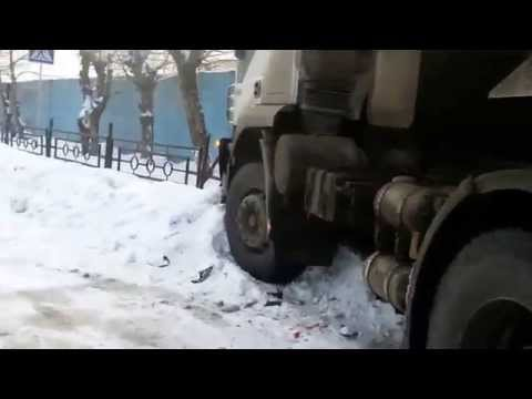 В Краснотурьинске большегруз смял три легковушки / Www.krasnoturinsk.info