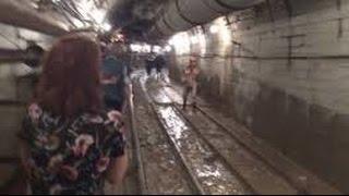 Москва Трагедия в метро - поезд сошел с рельсов