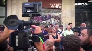 Vecinos de Barcelona y grupos antifascistas expulsan a unos neonazis de una manifestación islamófoba