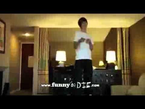 Justin Bieber Cae De Una Mesa