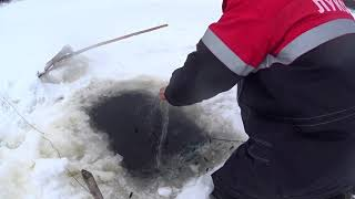 Рыбалка 2020 сетями Проверка сетей подо льдом после первой ночи