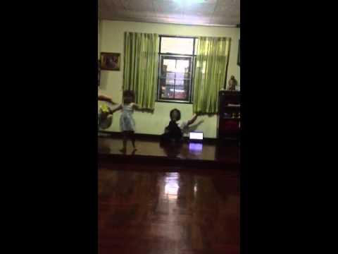 สอนรำไทย โดยครูปุ๋ย 088-6121518 (น้องขนมจีนกับการซ้อมรำเชิญพระขวัญ)