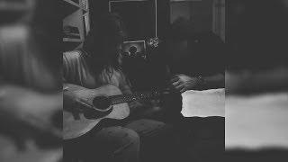 Gambar cover Gwyneth Paltrow Shares Sweet Video of Chris Martin Teaching Daughter Apple Guitar