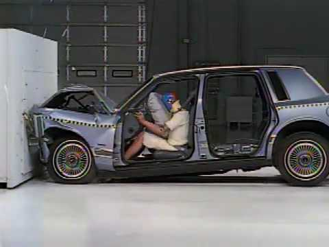 Crash test with and without safety belt - YouTube