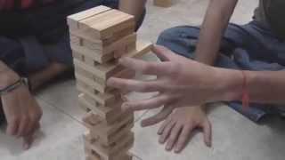 DISMOTRON juega Jenga