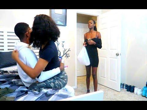 Sa copine rentre dans la chambre elle le voit avec une autre femme elle pleure