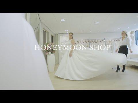 Welkom bij de Honeymoon shop. Al 50 jaar helpen wij bruidsparen bij het vinden van hun trouwkleding.