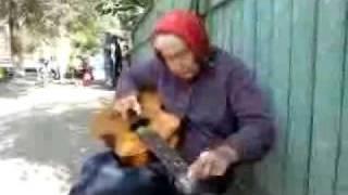 Бабуля из Гомеля отжигает на гитаре