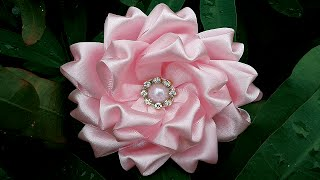 Tiara com flor de cetim por Letartes