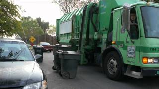 Garbage truck(Garbage truck (Мусорная машина). Мусорная машина собирает мусор в Америке, США, в Калифорнии. Мусор делится на..., 2011-10-26T02:32:51.000Z)