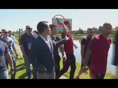 Cristiano enloqueció y tiró el micrófono de un periodista al lago