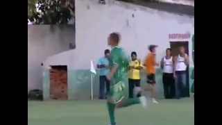 aficionado se mete al campo y evita gol
