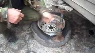 ремонт колес отдавливаем покрышку от диска