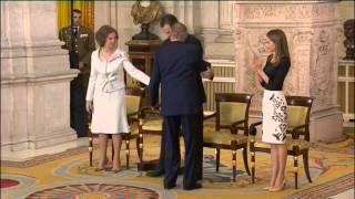 Espanha: Um abraço e uma troca de cadeiras que marca um novo reinado