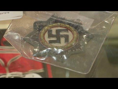 شاهد: مقتنيات هتلر وفساتين زوجته وتذكارات نازية أخرى في مزاد علني …  - نشر قبل 40 دقيقة