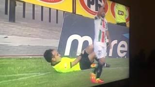 صدق أو لا تصدق.. حكم مساعد يدعي الاصابة لطرد لاعب في الدوري تشيلي!