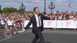 Emmanuel Macron, le Président de la République française, s'essayant au tennis et au tennis-fauteuil
