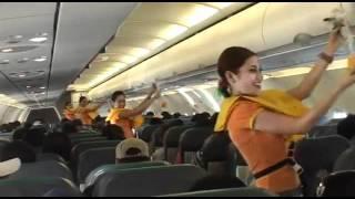 Tiếp viên xinh đẹp nhảy trên máy bay All I want Christmas is you cùng Mariah Carey