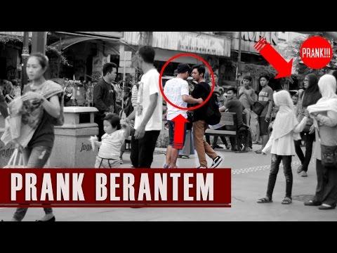 BERANTEM di depan UMUM , bagaimana reaksi orang ?? Prank Indonesia