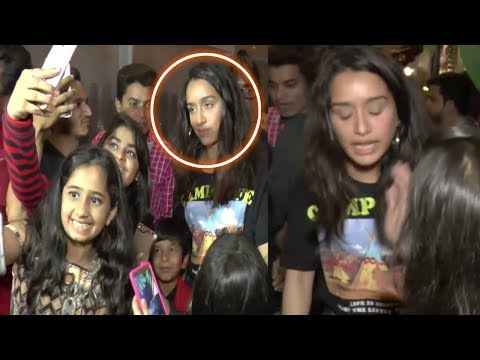 Birthday Girl Shraddha Kapoor MOBBED by her CRAZY FANS For Clicking SELFIES After Dinner With Family