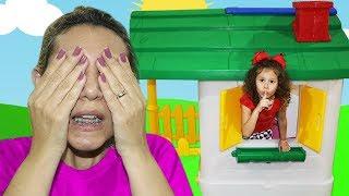 Valentina Brincando de Esconde esconde na casa de brinquedo com o manto mágico