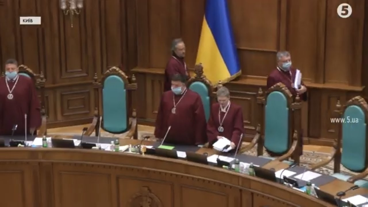 """Конституційність """"мовного закону"""": як судді """"відшмагали"""" запитаннями """"ексрегіонала"""" Долженкова"""