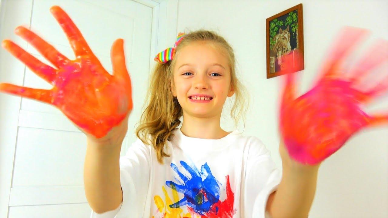 Полина раскрашивает одежду пальчиковыми красками