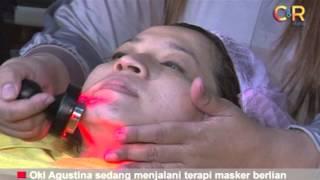 Oki Agustina  sedang menjalani terapi masker berlian (2)