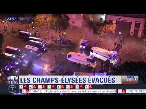 Paris: ambiance de fin de fête sur les Champs-Elysées évacués par les forces de l