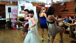 Невеста с подружками зажигают.