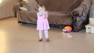 Урок танцев для малышей от Польки под поющую машинку. Dance lesson for kids from Poli.