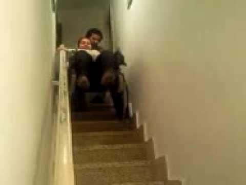 Bajando una escalera en silla de ruedas parte 1 youtube for Partes de una escalera