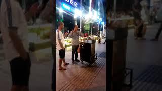 Hồng nhan & Bạc phận & Sóng Gió phiên bản thỏi sáu tại phố đi bộ Nguyễn Huệ của nghệ sĩ mù