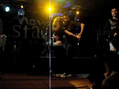 Dudu e Brunynha dançando no palco com a Banda Porto do Som
