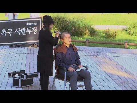 Güney Kore'de muhalefet lideri iktidarı protesto etmek için saçlarını kazıttı