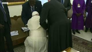 Papa Francis awabusu miguuni viongozi wa Sudan Kusini