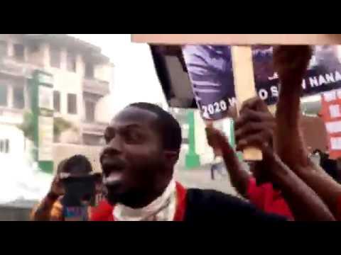 Kumasi: Menzgold customers demonstrate; burn car tyres